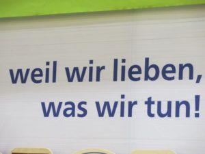 """Biofach: Schild """"Weil wir lieben, was wir tun"""""""