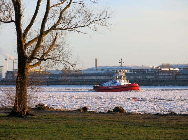 Textfluss: Schlepper auf der Elbe
