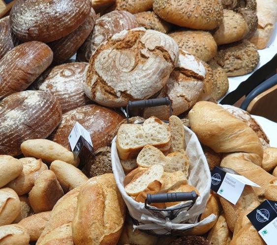 Verschiedene Bio-Brote in einer Auslage